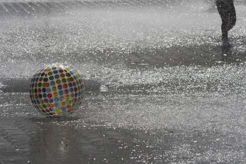 Ball in fountain - TLF00393