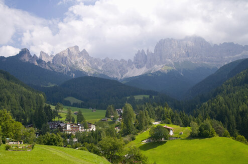 Italy, South Tyrol, Village Rosengarten, Mountains in background, elevated view - SMF00545