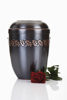 Cremation urn and red rose - 12057CS-U