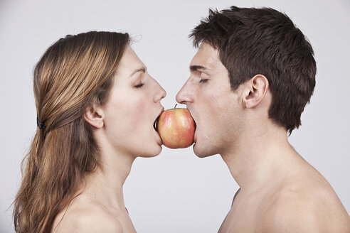 Young couple eating apple, eyes closed - SSF00028