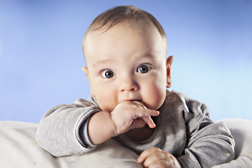Baby boy (6-11 months) with finger in mouth, close up, portrait - SSF00001
