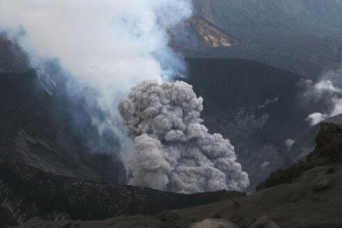 Japan, Suanose jima volcano erupting - RM00462