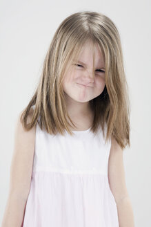 Girl (4-5) pulling funny faces - RBF00246