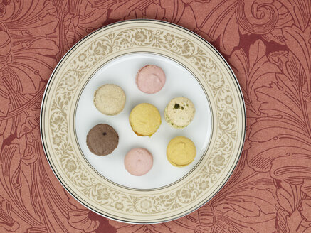 Petit fours in plate against patterned background - AKF00136
