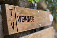 Italy, South Tyrol, Text Weinweg on wood with arrow sign, close up - SMF00597