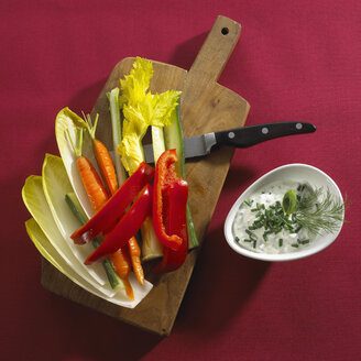 Sliced vegetables on chopping board - SRSF00039