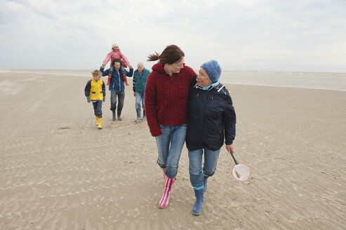 Germany, St. Peter-Ording, North Sea, Family  walking on beach - WESTF15068