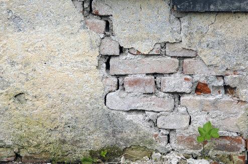 Germany, Munich, Broken wall at demolition house - LRF000533