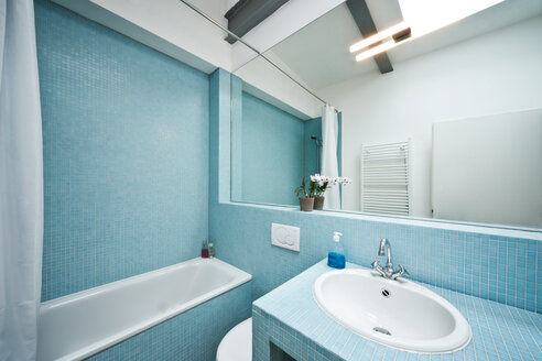 Germany, Bathroom with mosaic tile - MFF000438