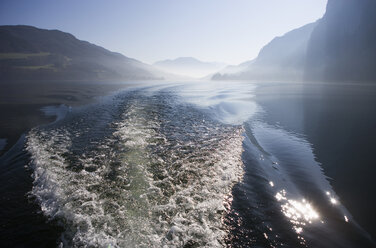 Austria, Mondsee, Waves in lake with mountains in background - WWF001672
