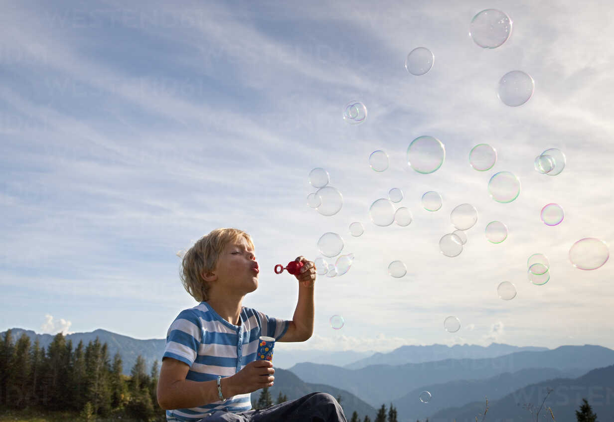 Germany, Bavaria, Boy (4-5 Years) blowing soap bubbles - HSIF000006 - hsimages/Westend61