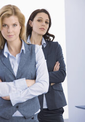 Business woman standing with arms crossed, portrait - WBF000823