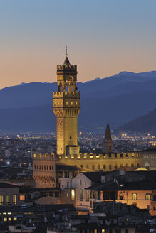 Italy, Tuscany, Florence, Palazzo Vecchio, View of town hall and city at dusk - RUEF000552
