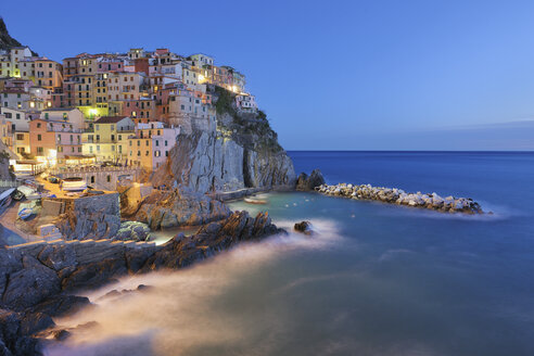 Italy, Cinque Terre, La Spezia Province, Manarola, Liguria, View of traditional fishing village at dusk - RUEF000582
