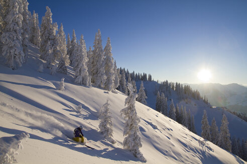 Austria, Tyrol, Kitzbuehel, Young woman skiing - FFF001138