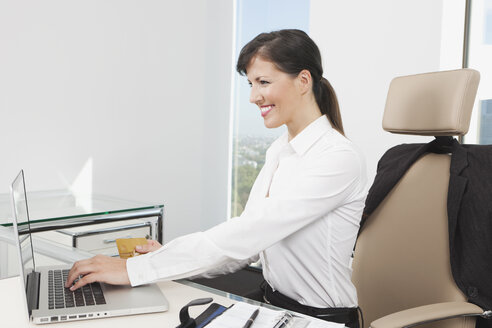 Germany, Frankfurt, Business woman using laptop - SKF000455