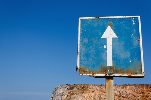 Portugal, Algarve, Sagres, View of arrow sign - WVF000135