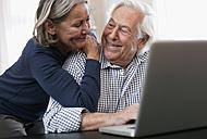 Germany, Wakendorf, Senior couple using laptop - WESTF016244