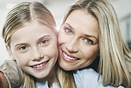 Germany, Cologne, Mother and daughter smiling, portrait - WESTF016322