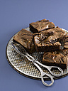 Brownies on bakingplate with tongs, close-up - KSWF000686