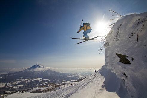 Japan, Hokkaido, Niseko, Man skiing - FFF001144