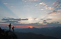 Austria, Salzburg Country, Altenmarkt-Zauchensee, Couple watching sunrise on mountains of Niedere Tauern - HHF003583