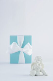 Gift box with putto on white background - ASF004316