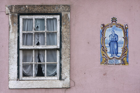 Portugal, Lisbon, Window and azulejo in bairro alto district - PSF000461