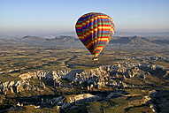 Turkey, Cappadocia, Goreme, View of hot air balloons - PSF000506