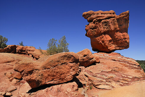 USA, Colorado, Colorada Springs, Garden of the Gods, View of sandstone balancing rock in public park - PSF000557