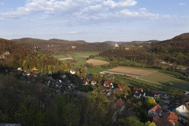 Germany, Franconia, Franconian Switzerland, Wiesenttal, View of Neideck castle ruin with village in foreground - SIEF001442