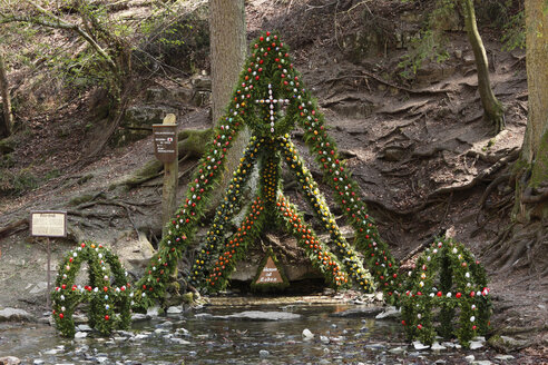 Germany, Bavaria, Franconia, Upper Franconia, Franconian Switzerland, Weißenohe, Easter decorated well at Lillach spring - SIEF001453