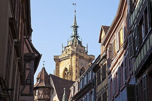 France, Alsace, Colmar, View of Saint Martin cathedral and houses at old town - WDF000898