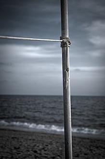 Turkey, Belek, Rope tied to pole at beach - KJF000103