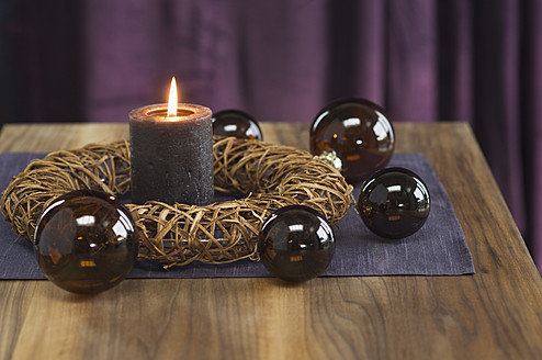 Close up of advent wreath with christmas bauble and candle - ASF004365