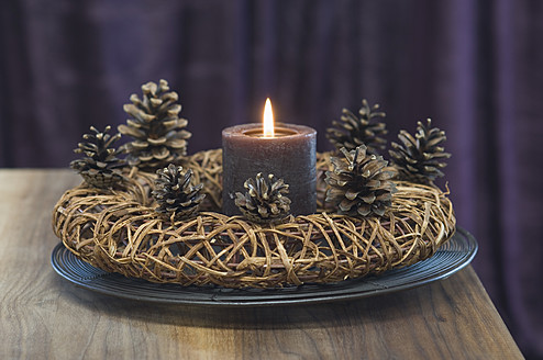 Close up of advent wreath with pine cones and candle - ASF004368