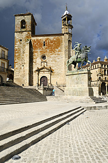 Europe, Spain, Extremadura, Trujillo, View of Plaza Mayor at city square with San Martin church - ESF000045