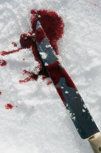 Europe, Germany, Crime scene with bloodstained knife in snow, close up - AWD000634