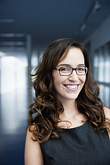 Germany, Bavaria, Diessen am Ammersee, Businesswoman in thick spectacles, smiling, portrait - JRF000307