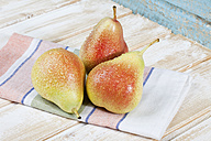 Close up of pears on napkin - MAEF003522