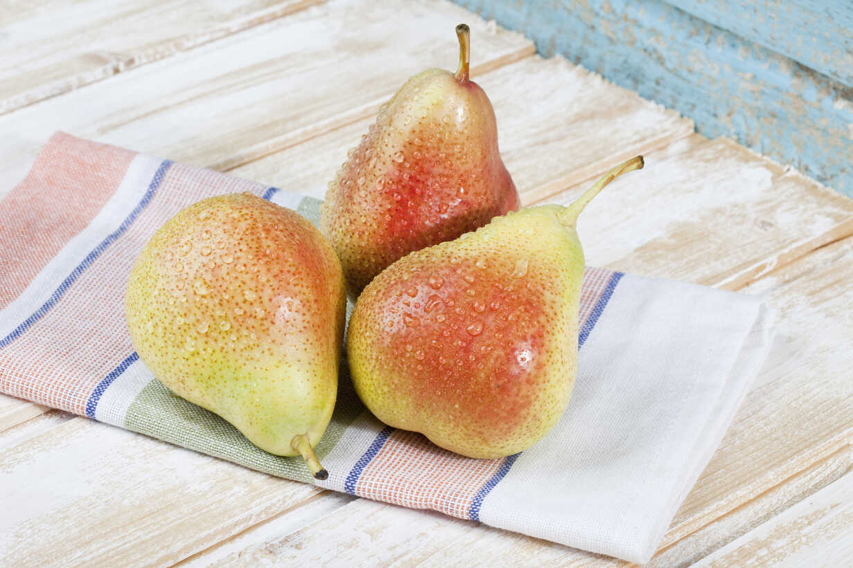 Close up of pears on napkin - MAEF003522 - Roman Märzinger/Westend61
