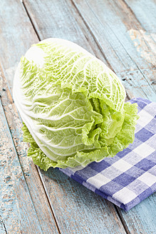 Close up of chinese cabbage on checked napkin - MAEF003567