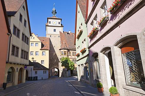 Germany, Bavaria, Franconia, Rothenburg ob der Tauber, View of Weisser Turm tower at Galgengasse street - WDF000999