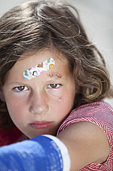 Germany, Bavaria, Wounded girl sitting on road after bicycle accident, close-up - MAEF003580