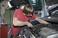 Germany, Ebenhausen, Mechatronic technician working in car garage - TCF001623