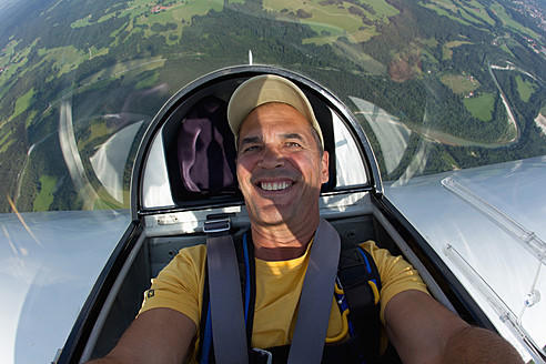 Germany, Bavaria, Bad Toelz, Mature man in glider, smiling, portrait - FFF001228