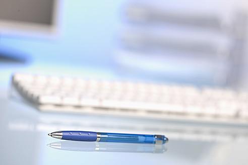 Modern office desktop with pen, close up - HKF000402