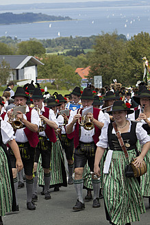 Germany, Bavaria, Chiemgau, Men and women in traditional clothing playing music at Gaufest - FF001218