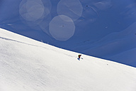 Austria, Zuers, Young man doing telemark skiing on Arlberg mountain - MIRF000342