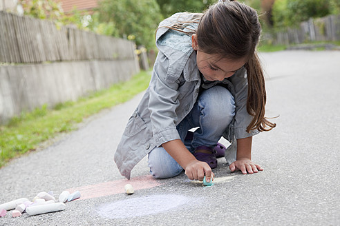 Germany, Bavaria, Huglfing, Girl drawing on street with chalk - RIMF000016